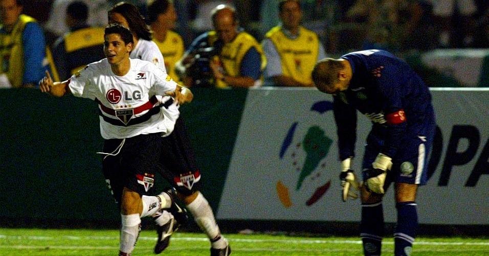 Cicinho comemora gol sobre Marcos na Libertadores de 2005