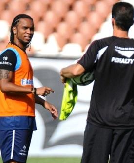Carlos Alberto conversa com o técnico Vagner Mancini no Vasco