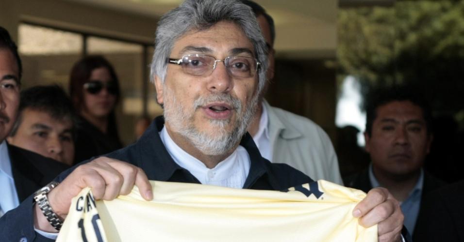 O presidente paraguaio Fernando Lugo exibe camisa do América-MEX autografada por Salvador Cabañas em hospital