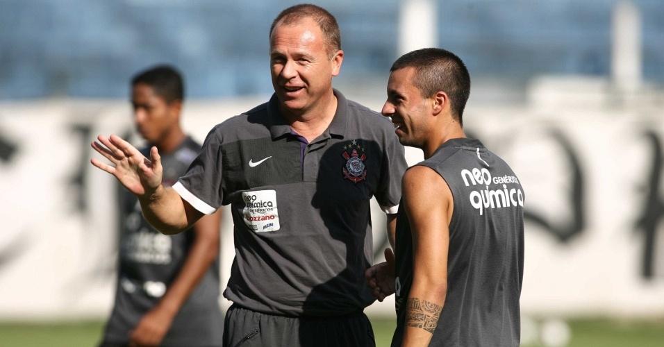 Mano Menezes conversa com Defederico durante o treino do Corinthians
