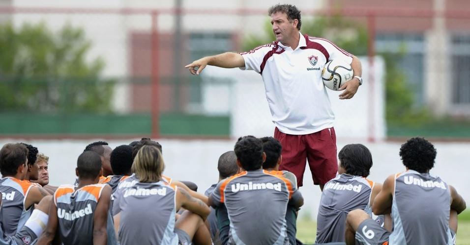 Cuca conversa com os jogadores do Fluminense durante treinamento
