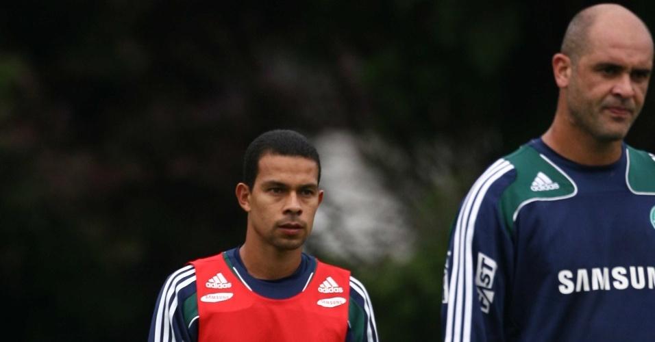 Wendel (e) e Marcos participam de rachão em treino do Palmeiras