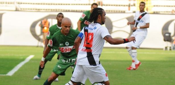Carlos Alberto, do Vasco, recebe marcação de Ruy, do Boavista-RJ