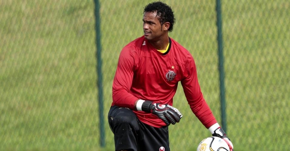 Goleiro Bruno em ação durante o treinamento do Flamengo