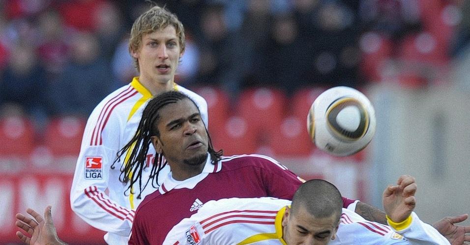 O zagueiro Breno (c) disputa jogada durante partida contra o Bayer Leverkusen