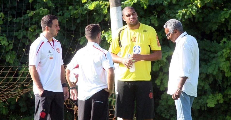 Adriano comparece ao treino do Flamengo
