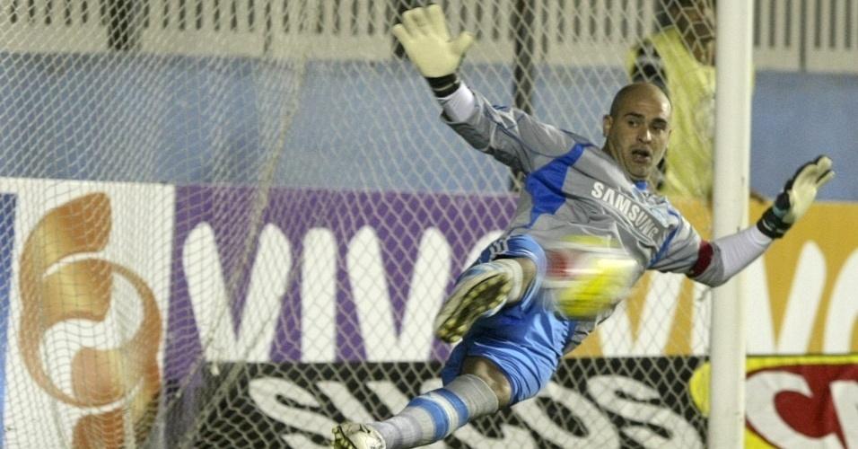 Marcos, do Palmeiras, sofre gol de pênalti contra o Sertãozinho