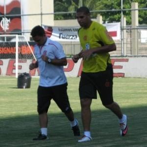 Atacante Adriano corre em volta do gramado da Gávea