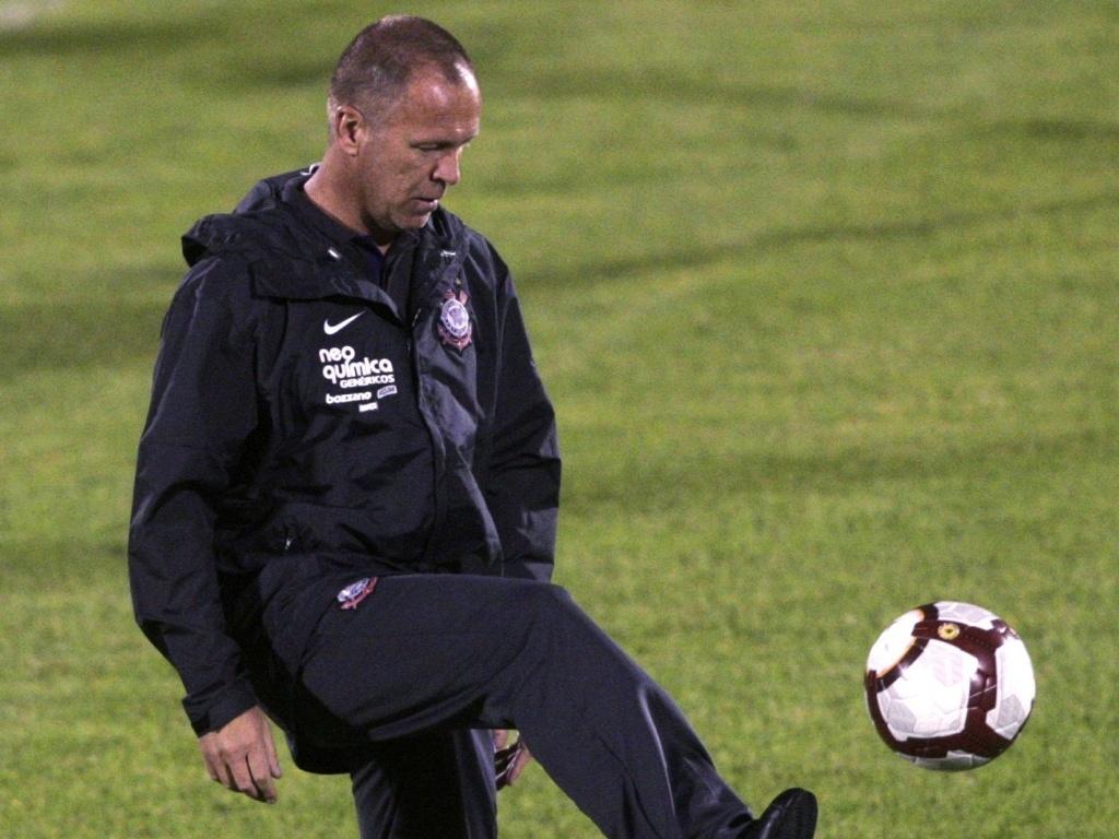 Mano Menezes comanda treino de reconhecimento do Corinthians em Bogotá