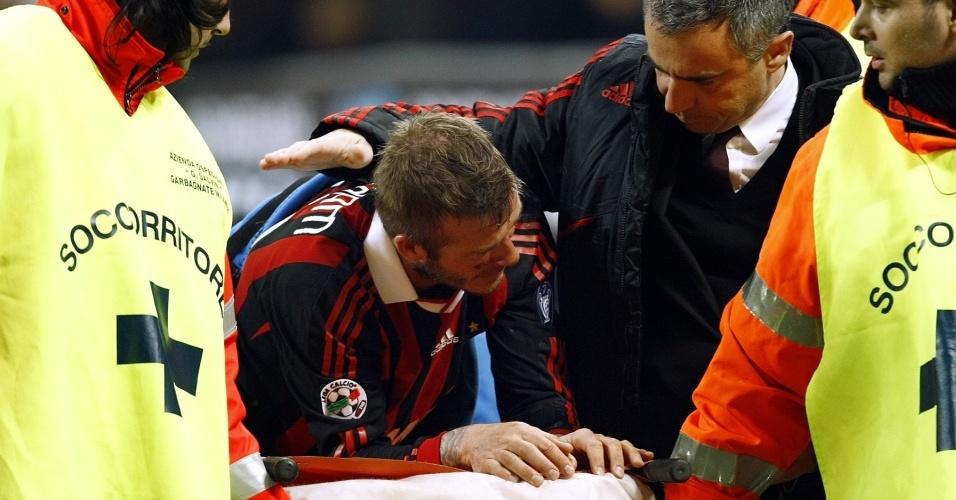 Beckham deixa o campo após romper o tendão de Aquiles no jogo do Milan pelo Italiano