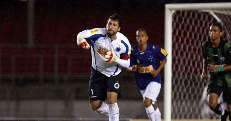 Goleiro Fábio repõe a bola no jogo contra o América-MG