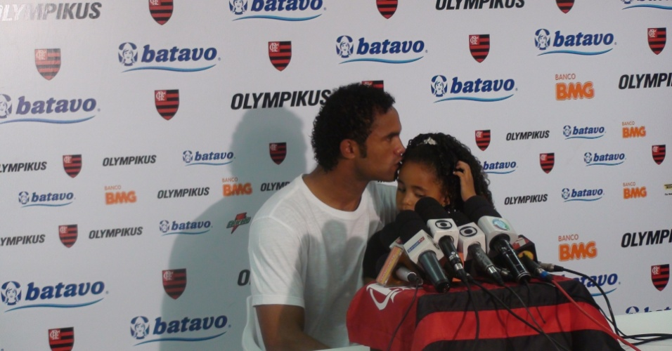 Bruno, do Flamengo, concede entrevista com a filha no colo