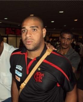 Adriano chega em Porto Alegre com o Flamengo