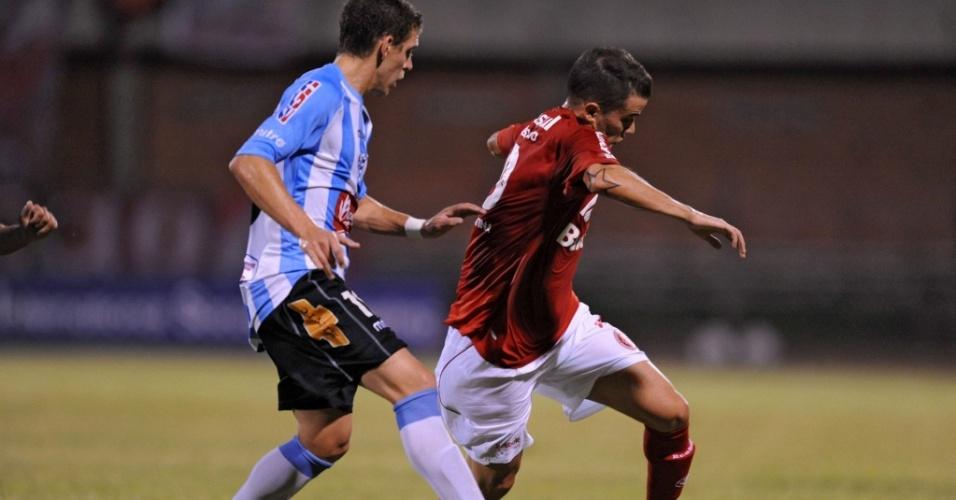 D'Alessandro tenta passar pela marcação do Cerro (URU) em jogo do Inter pelo grupo 5 da Libertadores