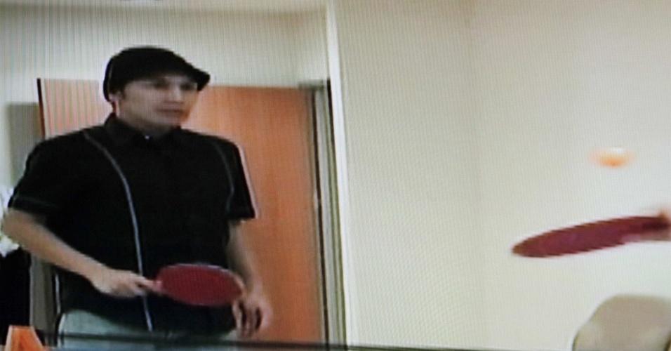 Vídeo mostra o atacante Salvador Cabañas jogando tênis de mesa durante recuperação no México