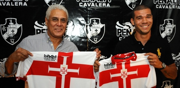 Presidente Roberto Dinamite (e) e volante Nilton apresentam nova 3ª camisa do Vasco