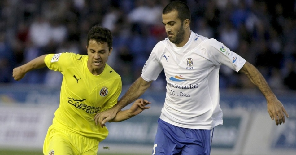 Nilmar disputa a bola com Martonez durante partida entre o Villarreal e o Tenerife