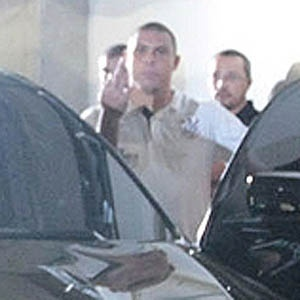 Ronaldo faz gesto obsceno para torcedores e jornalistas na saída de Barueri após a derrota do Corinthians para o Paulista