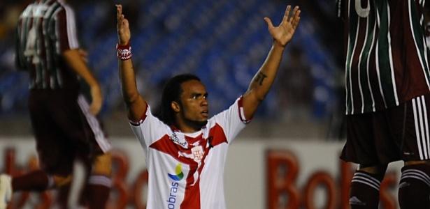 Carlos Alberto reclama durante o clássico entre Vasco e Fluminense