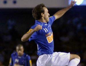 Thiago Ribeiro comemora o primeiro gol do Cruzeiro na vitória sobre o Vélez, por 3 a 0, na Libertadores