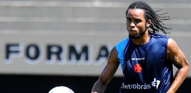 Carlos Alberto participa de treino no Vasco