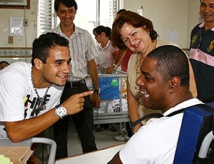 Maikon Leite foi um dos 11  jogadores santistas presentes no Lar Espírita Mensageiros da Luz. Na  foto, ele brinca com um paciente da casa