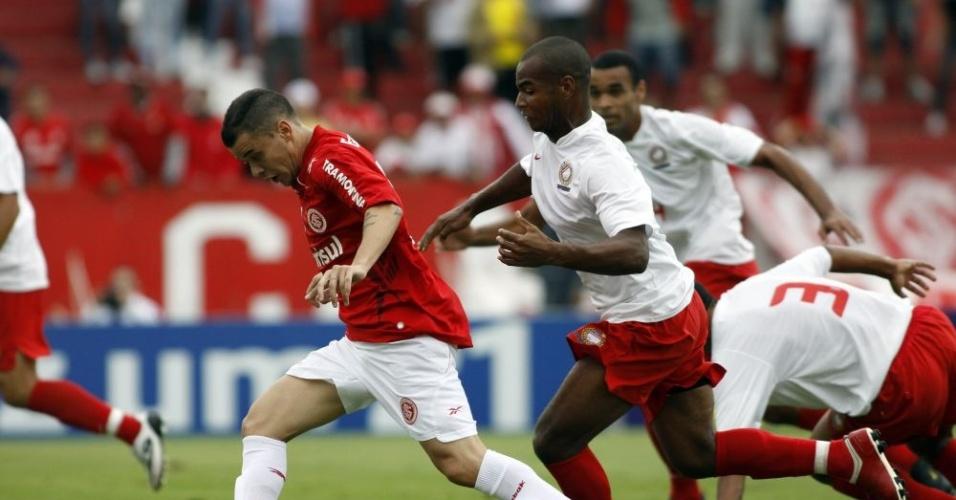 D'Alessandro, meia do Inter, se livra da marcação