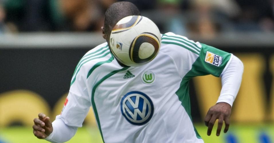 Grafite cabeceia a bola durante goleada de 4 a 0 do Wolfsburg sobre o Hoffenheim