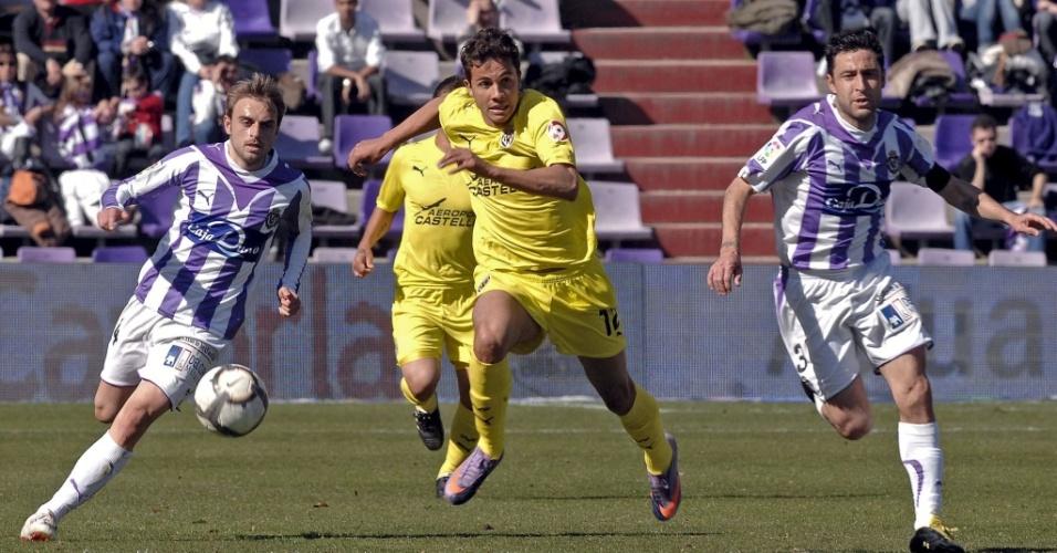 Nilmar do Villarreal passa por marcadores durante vitória por 2 a 0 sobre o Valladolid
