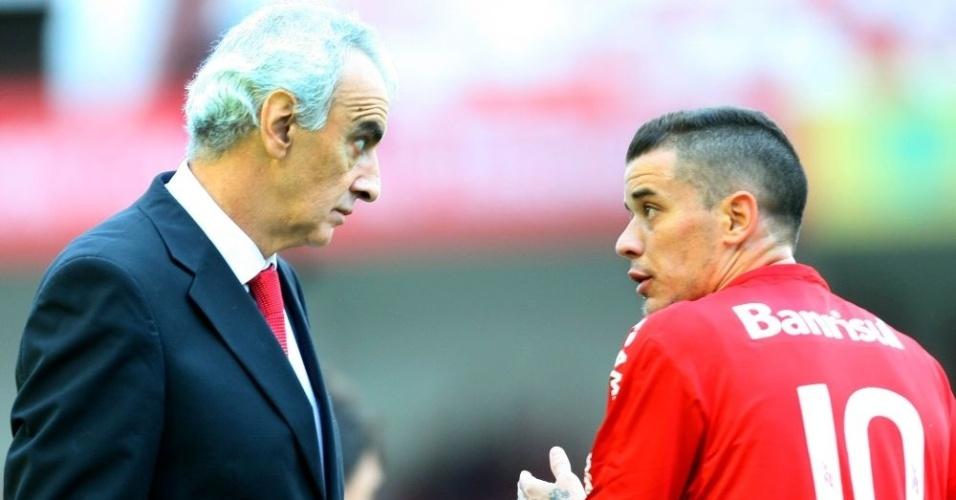 Jorge Fossati e D'Alessandro conversam durante jogo do Inter