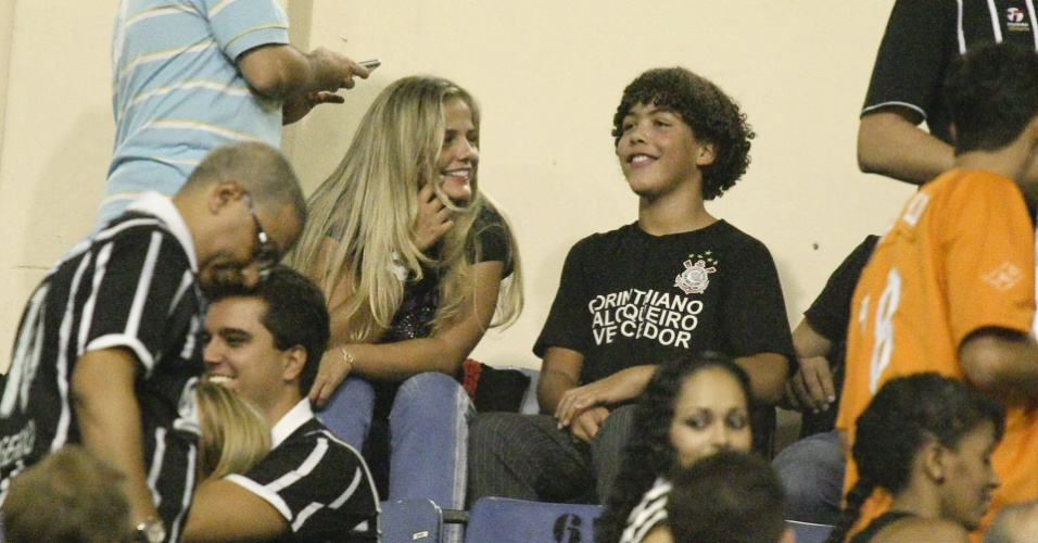 Ronald, filho de Ronaldo, assiste a jogo do Corinthians ao lado da me Milene Domingues