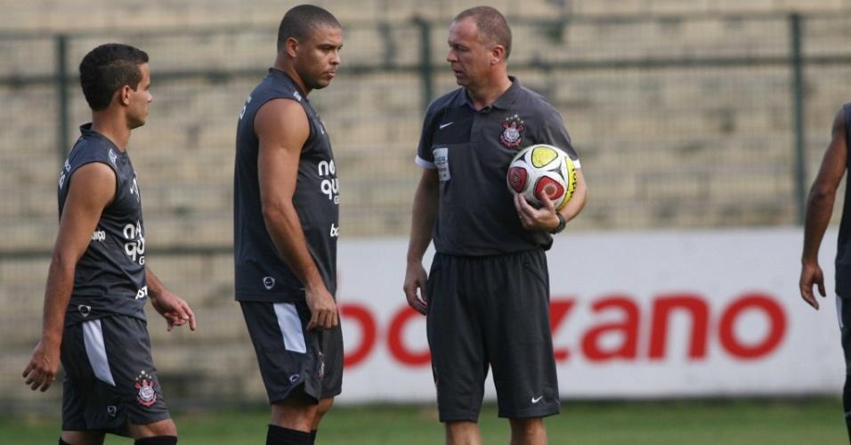 Mano Menezes e Ronaldo durante o treino do Corinthians