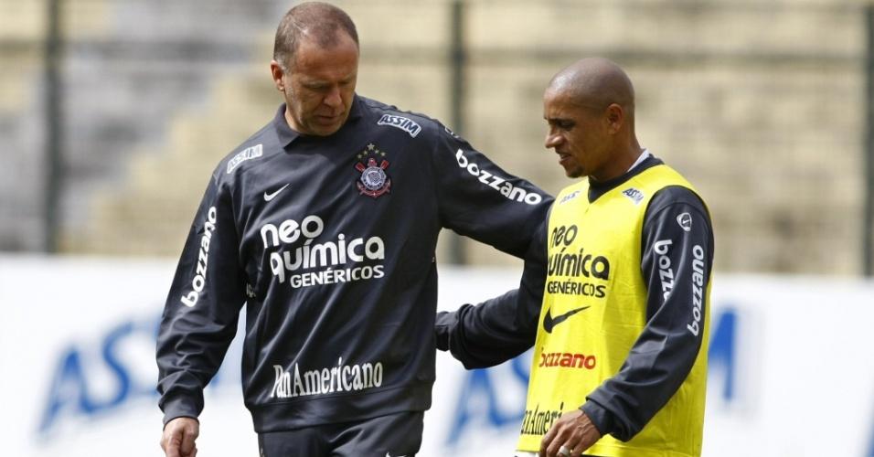 Roberto Carlos é um dos homens de confiança de Mano Menezes