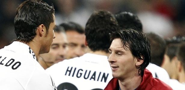Cristiano Ronaldo e Messi se cumprimentam; craques fazem nova disputa por prêmio
