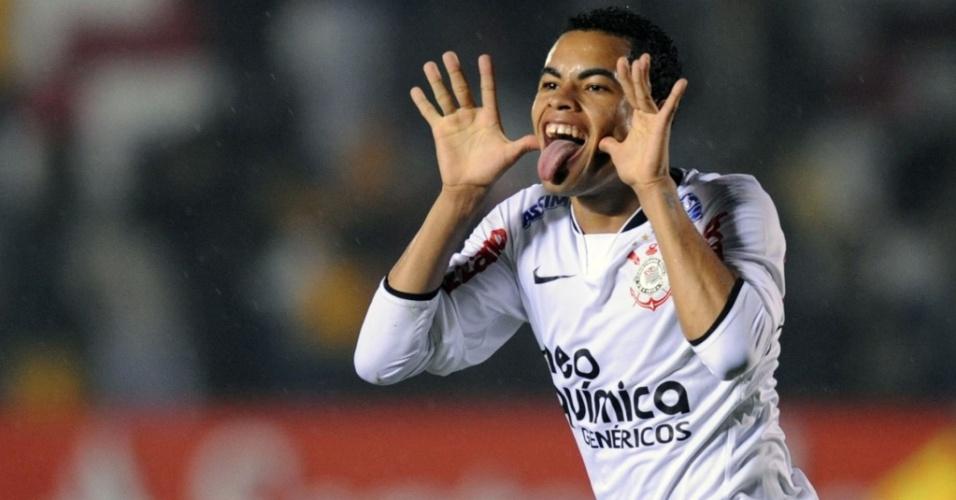 Dentinho faz careta ao festejar gol do Corinthians diante do Racing