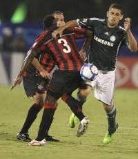 Diego Souza, do Palmeiras, tenta passar pela marcação do Atlético-PR