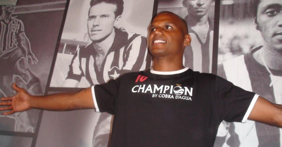 Goleiro Jefferson posa em um restaurante da sede do Botafogo