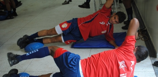 Jogadores do Grmio Prudente fazem musculao