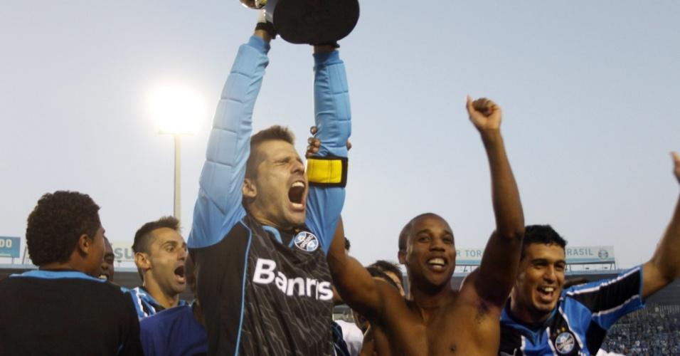 Victor, do Grêmio, ergue a Taça Fernando Carvalho