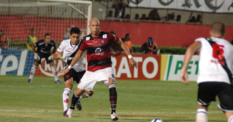 Júnior, do Vitória, tenta escapar da marcação em lance da partida contra o Vasco