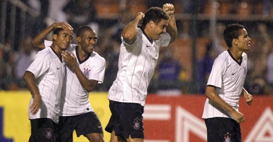 Jorge Henrique, Elias, Ronaldo e Dentinho festejam gol do Fenômeno no Paulista de 2009