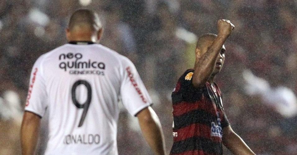 No duelo particular entre Ronaldo (e) e Adriano, o flamenguista levou vantagem sobre o corintiano