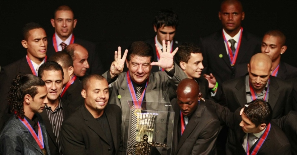 Jogadores do Botafogo recebem o troféu de campeão do Estadual do Rio