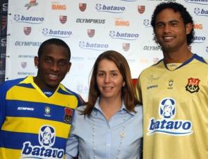 Com a presidente Patrícia Amorim, os modelos Willians e Bruno desfilaram com a 3ª camisa do Fla