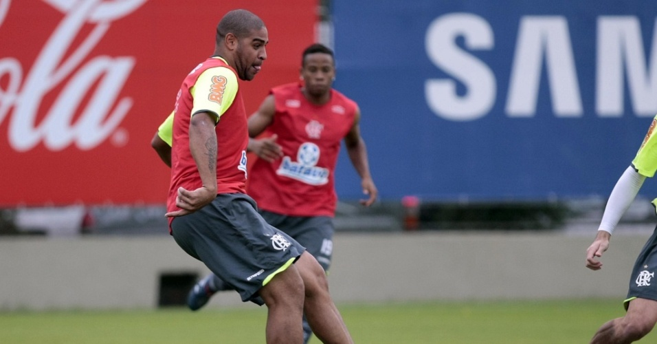 Adriano participa de treino do Flamengo