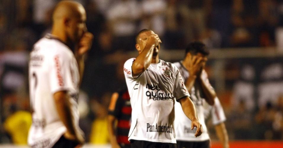 Alessandro (e), Ronaldo (c) e William lamentam eliminação do Corinthians na Libertadores