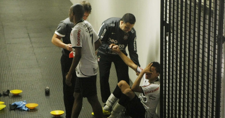 Inconsolvel, Dentinho senta e chora na entrada do vestirio do Corinthians aps queda na Libertadores