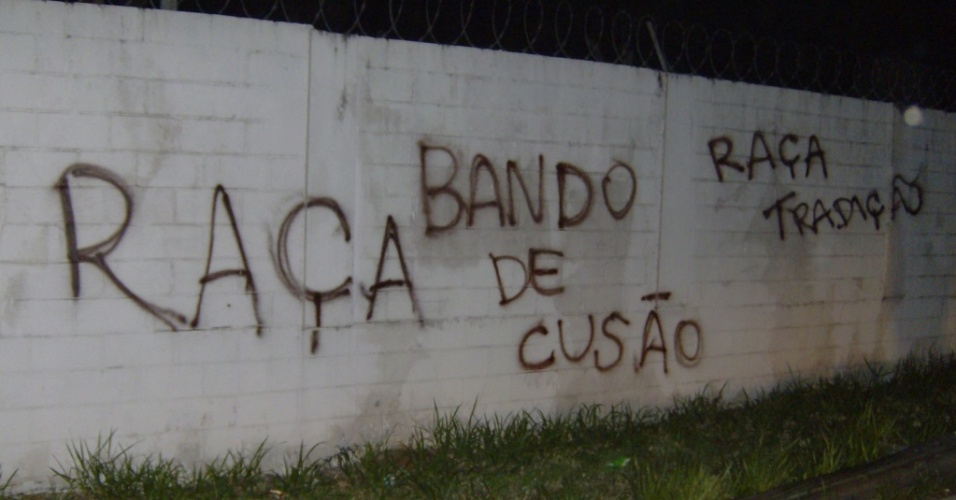 Muro do Parque So Jorge  pichado aps eliminao do Corinthians da Libertadores