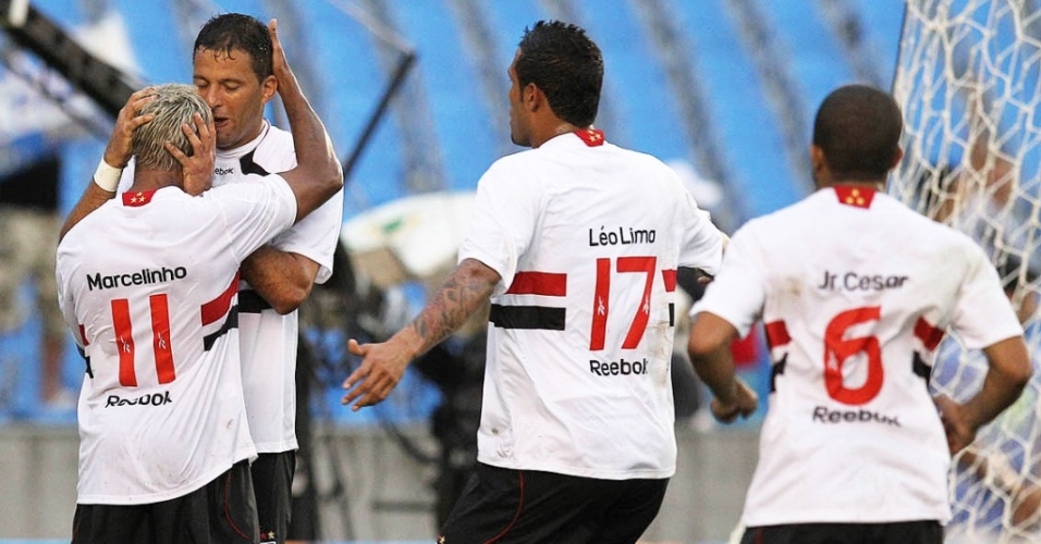 Washington comemora com Marcelinho Paraíba, Léo Lima e Júnior César o gol do São Paulo contra o Flamengo