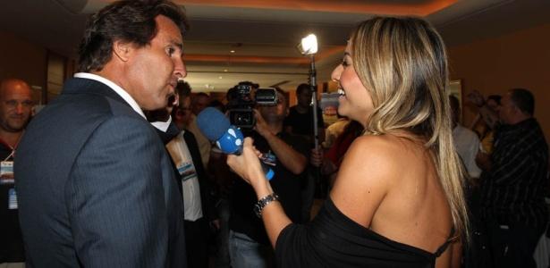 Sabrina Sato entrevista o assessor de imprensa da CBF, Rodrigo Paiva, antes da convocação da seleção